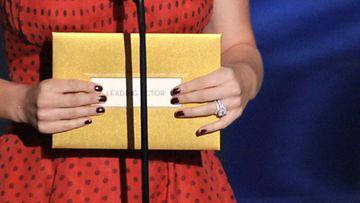 Natalie Portmanin sormus Oscar-gaalassa 2012