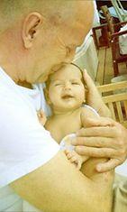 Bruce Willis pitelee hellästi sylissään tytär Maybel Rayta.
