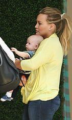 Hilary Duff shoppaili poikansa Lucan kanssa 19. kesäkuuta 2012.