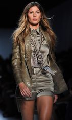 Gisele Bündchen Pariisin muotiviikoilla Givenchyn mallina.