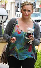 Hilary Duff värikkäissä kesävaatteissa 13. kesäkuuta 2012.