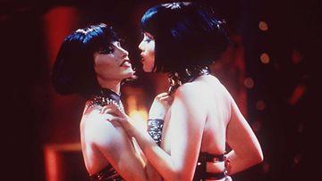 Gina Gershon ja Elizabeth Berkley elokuvassa Showgirls.