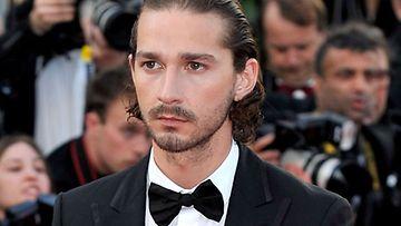Kivikasvoinen Shia Labeouf Cannesin elokuvafestivaaleilla Lawless-elokuvan ensi-illassa.