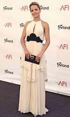Mena Suvari American Film Instituten (AFI) gaalassa, jossa Shirley MacLainelle  myönnettiin elämäntyöpalkinto.
