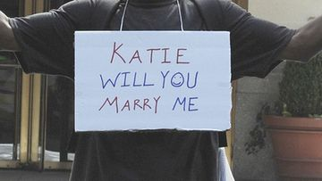 Koditon mies kosi Katie Holmesia