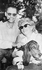 25. kesäkuuta 1956 Monroe perhepotretissa yhdessä kihlattunsa Arthur Millerin ja Hugo-koiran kanssa.