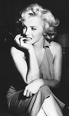 """Marilyn Monroe vuonna 1952. Valokuvamallista kehkeytyi näyttelijä 1940-luvulla. Monroe näytteli usein """"tyhmää blondia""""."""
