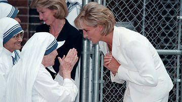 Prinsessa Diana tapasi äiti Teresan vuonna 1997.