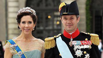 Kesäkuu 2010: Tanskan prinsessa Mary ja puolisonsa Tanskan kruununperijä, prinssi Frederikin kanssa prinsessa Victorian häissä.