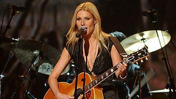 Gwyneth Paltrow debytoi laulajana.
