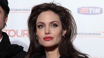 Angelina Jolie luottaa sotkuiseen kampaukseen.