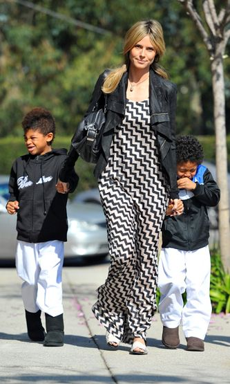 Heidi Klum vie poikansa Henrynl ja Johanin karatetunnille.