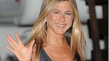 Jennifer Aniston näyttelee Just Go With It -elokuvassa plastiikkakirurgin avustajaa ja valevaimoa.
