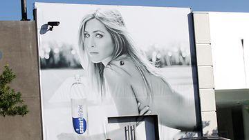 Jennifer Aniston poseeraa ilman rihman kiertämää koko seinän leveydeltä.