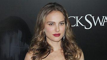 Myös dramaattinen punainen sopii Natalie Portmanin huulille.