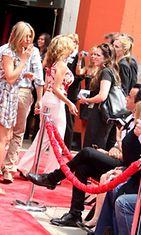 Jennifer Aniston lähetti Justin Therouxille lentosuukon punaisella matolla.