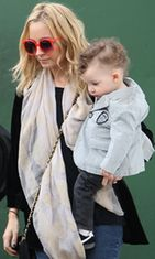 Nicole Richie kantaa tytärtään Harlow Maddenia.