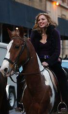Madonna nousi ratsun selkään.