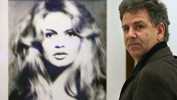 Gelt Elfering seisoo Brigitte Bardotia esittävän taulun edessä