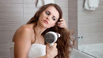 Älä kuivaa hiuksia liian kuumalla.