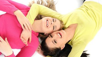 Ystävyys on kuin pikkuinen ukko, jolla on kädessä avain ja lukko.  Niillä se sitoo ystävät yhteen  niin kuin maamies pellolla lyhteen.