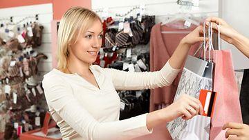 Nainen ostaa noin 28 kiloa vaatteita vuodessa.