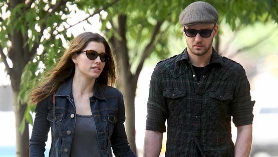 Jessica Biel ja Justin Timberlake kävelyllä.