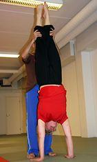 Helmi capoeiratunnilla, näin se käsilläseisonta käy