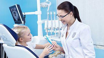 Lapsi kannattaa opettaa käymään hammaslääkärissä pienestä pitäen.