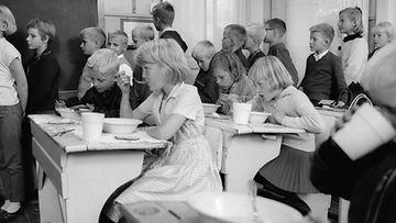 Kouluruokailua Helsingissä vuonna 1965.