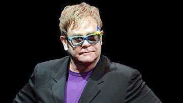 Elton John rakastaa vaippojen tuoksua.