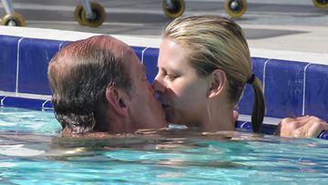 Rakastavaiset suutelivat uima-altaassa.