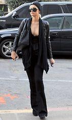 Paris Hiltonin tummanpuhuva asu herätti huomiota etenkin kaula-aukkonsa kohdilta.