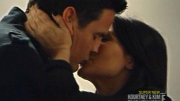 Kim avasi pelin suutelemalla seuralaistaan.