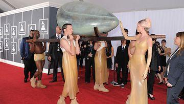 Lady Gaga kannettiin Grammy-juhliin munan sisällä.