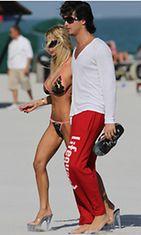 Sand käyskenteli rannalla aviomiehensä kanssa.