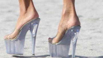 Sandin kengät olivat kovin epäkäytännölliset rantahietikolla.