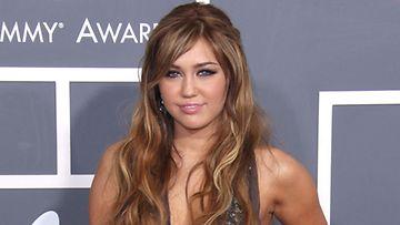 Miley ihastui vanhempaan mieheen.