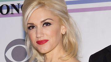 Gwen pääsee mainostamaan kosmetiikkaa.