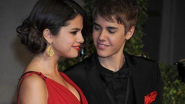 Rakastunut pari silmäili toisiaan ihastuneesti.