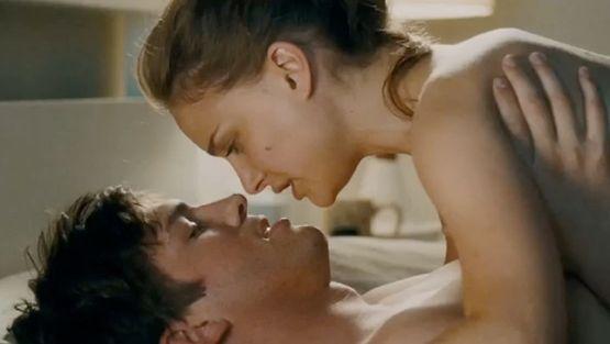 Ashton nakuilee Natalie Portmanin kanssa elokuvassa Näin ystävien kesken.