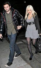 Aguileran huvituksiin kuuluvat ryyppyreissut poikaystävä Matthew Rutlerin kanssa.