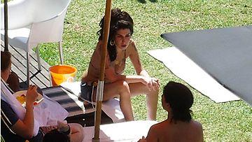 Amy Winehouse nautti auringosta Brasilian keikkakiertueella.