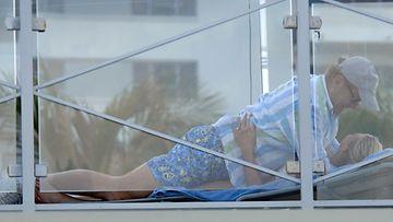 Kelsey Grammer jopa kiipesi nuorikkonsa päälle lemmenhuumassaan.
