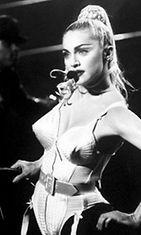 Tämä Madonnan asu on Gaultierin käsialaa.