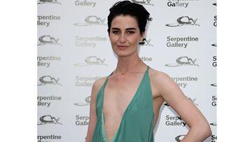 Erin O'Connor edusti näin rohkeassa kaula-aukossa lontoolaisen gallerian kesäjuhlissa heinäkuussa 2009.
