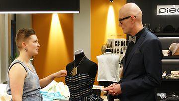 Reta Raven keskustelee puvusta mentor Janne Renvallin kanssa.