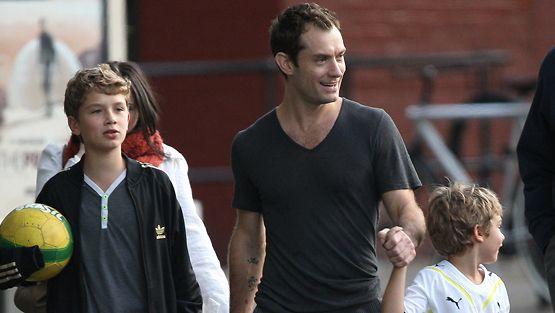 Jude Law poikiensa kanssa.