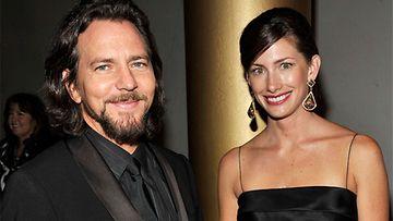 Pearl Jam -yhtyeen laulaja Eddie Vedder tyttöystävänsä Jill McCormickin kanssa vuonna 2009.Kuva: WireImage / AOP