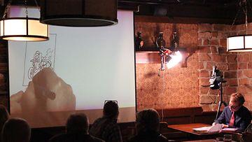 Pertti Jarla piirtää Fingerpori Jazzeilla helmikuussa 2012